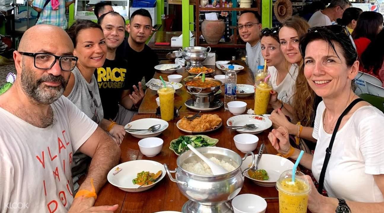 bangkok bike tour group berpose dengan makanan